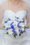 Mazzo di cerimonia nuziale in mani della sposa Fotografia Stock