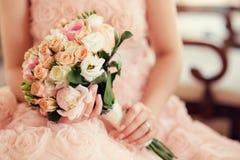 Mazzo di cerimonia nuziale in mani della sposa Fotografie Stock