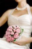 Mazzo di cerimonia nuziale in mani della sposa Immagini Stock