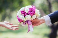 Mazzo di cerimonia nuziale in mani della sposa e dello sposo Immagine Stock Libera da Diritti