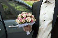 Mazzo di cerimonia nuziale in mano dello sposo Fotografia Stock
