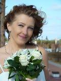 Mazzo di cerimonia nuziale nelle mani della sposa fotografie stock libere da diritti