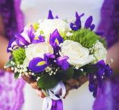 Mazzo di cerimonia nuziale nelle mani della sposa fotografie stock
