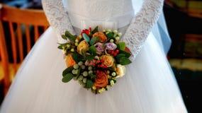 Mazzo di cerimonia nuziale nelle mani della sposa La sposa sta tenendo un mazzo dei fiori Fotografie Stock Libere da Diritti