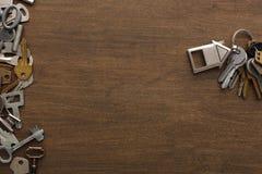 Mazzo di chiavi con il trinklet della casa sulla tavola di legno Fotografie Stock Libere da Diritti
