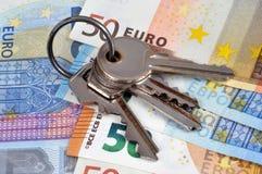 Mazzo di chiavi sulle euro banconote fotografia stock libera da diritti