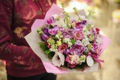 Mazzo di colori pastelli fatto delle orchidee, dei fiori di fresia, del garofano e del Limonium Fotografie Stock Libere da Diritti