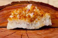 Mazzo di cristallo citrino sul ceppo di albero di legno Fotografie Stock