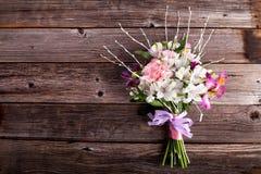 Mazzo di estate dai gillyflowers e dal alstroemeria su vecchio di legno Fotografie Stock