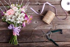 Mazzo di festa del papà dai gillyflowers e dal alstroemeria su vecchio w Fotografia Stock
