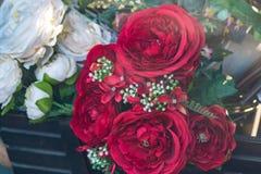 Mazzo di fiori artificiali rossi in vetrina Fotografia Stock