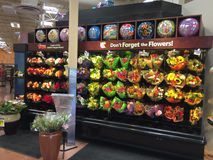 Mazzo di fiori che vendono al supermercato Fotografie Stock Libere da Diritti