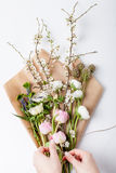 Mazzo di fiori della molla su carta da imballaggio Immagine Stock