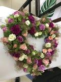Mazzo di fiori a forma di del cuore fotografia stock