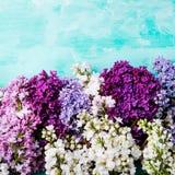 Mazzo di fiori lilla su un fondo del turchese Vista superiore Copi lo spazio Fotografie Stock Libere da Diritti
