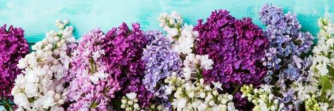 Mazzo di fiori lilla su un fondo del turchese Vista superiore Copi lo spazio Fotografie Stock