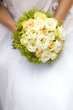 Mazzo di fiori in mani della sposa Fotografia Stock Libera da Diritti