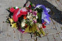 Mazzo di fiori su un fondo di pietra immagine stock