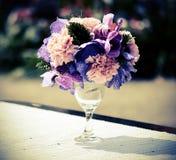 Mazzo di fiori in vaso di vetro - immagine d'annata di effetto di stile Fotografia Stock