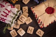Mazzo di Herb That Usually Is Used secco nel rituale, nella magia e nella pulizia differenti, rune, vecchia busta con il bollo de immagine stock libera da diritti