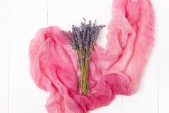 Mazzo di lavanda su un fondo di legno leggero Stile minimo floreale alla moda Fotografia Stock