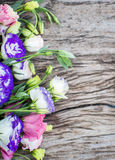 Mazzo di Lisianthus su una tavola di legno Fotografie Stock