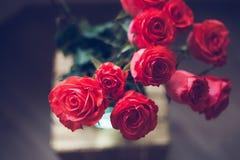 Mazzo di lusso fatto delle rose rosse nel mazzo dei biglietti di S. Valentino del negozio di fiore delle rose rosse Fotografie Stock