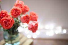 Mazzo di lusso fatto delle rose rosse nel mazzo dei biglietti di S. Valentino del negozio di fiore delle rose rosse Immagini Stock Libere da Diritti