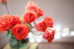 Mazzo di lusso fatto delle rose rosse nel mazzo dei biglietti di S. Valentino del negozio di fiore delle rose rosse Fotografia Stock