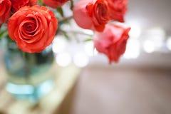 Mazzo di lusso fatto delle rose rosse nel mazzo dei biglietti di S. Valentino del negozio di fiore delle rose rosse Fotografia Stock Libera da Diritti