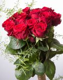 Mazzo di lusso fatto delle rose rosse nel mazzo dei biglietti di S. Valentino del negozio di fiore delle rose rosse Fotografie Stock Libere da Diritti