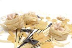Mazzo di maccheroni, spaghetti, paste su un fondo bianco Fotografie Stock