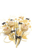 Mazzo di maccheroni, spaghetti, paste su un fondo bianco Fotografia Stock