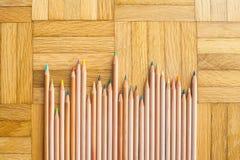 Mazzo di matita con l'ente di legno sul fondo del parquet Fotografie Stock
