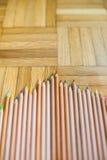 Mazzo di matita con l'ente di legno sul fondo del parquet Immagini Stock Libere da Diritti