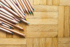 Mazzo di matita con l'ente di legno sul fondo del parquet Immagini Stock