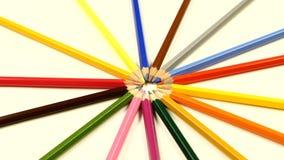 Mazzo di matite colorate su bianco, rotazione video d archivio