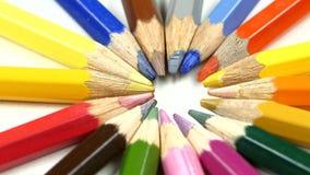 Mazzo di matite colorate su bianco, rotazione, fine archivi video