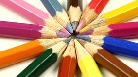 Mazzo di matite colorate su bianco, rotazione, macro archivi video