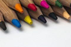 Mazzo di matite colorate in una fila Immagine Stock