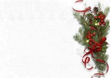 Mazzo di Natale con il vischio e l'agrifoglio su fondo bianco Immagini Stock