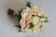 Mazzo di nozze con il primo piano bianco e rosa delle rose, vista superiore Immagine Stock Libera da Diritti