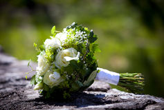 Mazzo di nozze con le rose gialle che mettono su una parete del calcare Immagine Stock