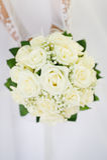Mazzo di nozze con molte rose bianche in mani Fotografie Stock Libere da Diritti