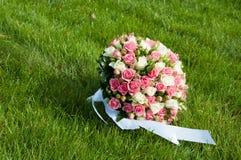 Mazzo di nozze dalle rose in un'erba Fotografia Stock Libera da Diritti
