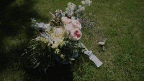 Mazzo di nozze dei fiori freschi Mattina del ` s della sposa Mazzo nella foresta archivi video