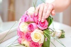 Mazzo di nozze del tocco di una donna con bianco ed il rosa Fotografia Stock Libera da Diritti