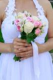 Mazzo di nozze della tenuta della sposa Fotografie Stock