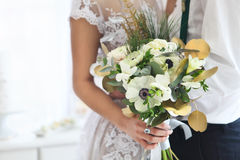 Mazzo di nozze della tenuta della sposa Fine in su Fotografie Stock