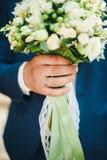 Mazzo di nozze della tenuta dello sposo in sua mano Fotografia Stock